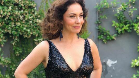 Tamara Acosta deslumbra con vestido glitter y escote full en el Copihue de Oro 2018