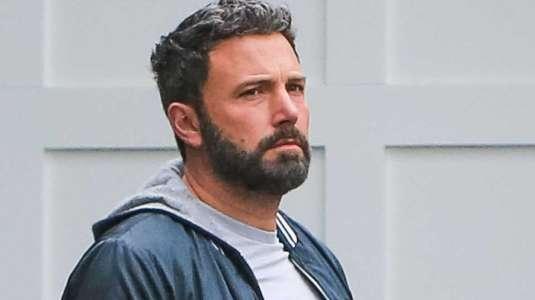 Ben Affleck es captado usando erróneamente su mascarilla en la calle