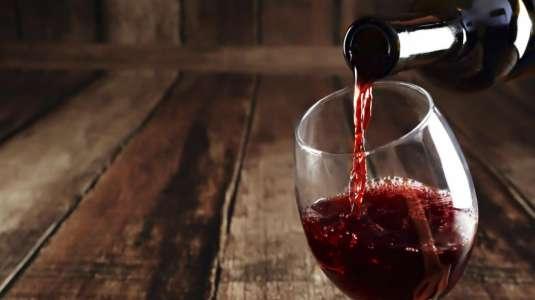 Estas son las razones por las cuáles no deberías tomar vino antes de dormir