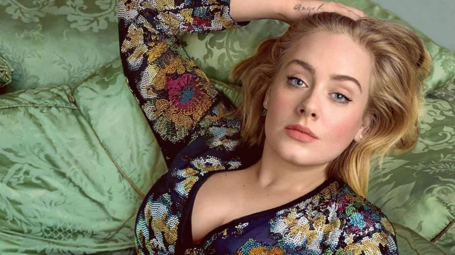 Adele impacta mostrando su abdomen plano en bikini