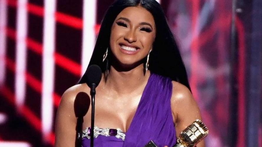 """Cardi B se graba completamente desnuda tras """"descuido"""" en la gala Billboard"""