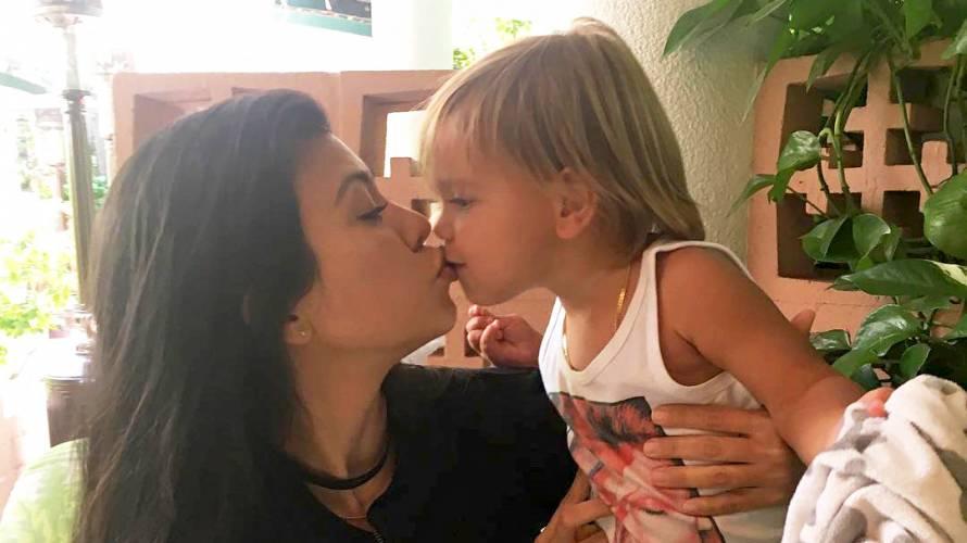 Kourtney Kardashian defiende los besos en la boca a sus hijos