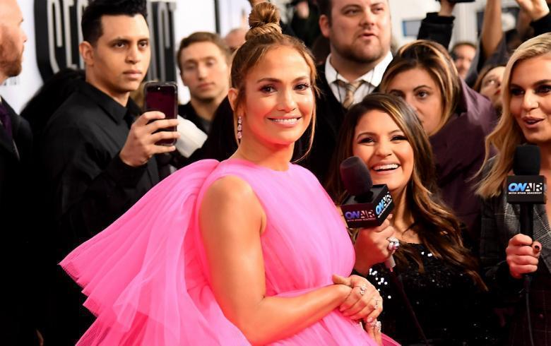 Jennifer López llegó como toda una quinceañera a la premiere de su película