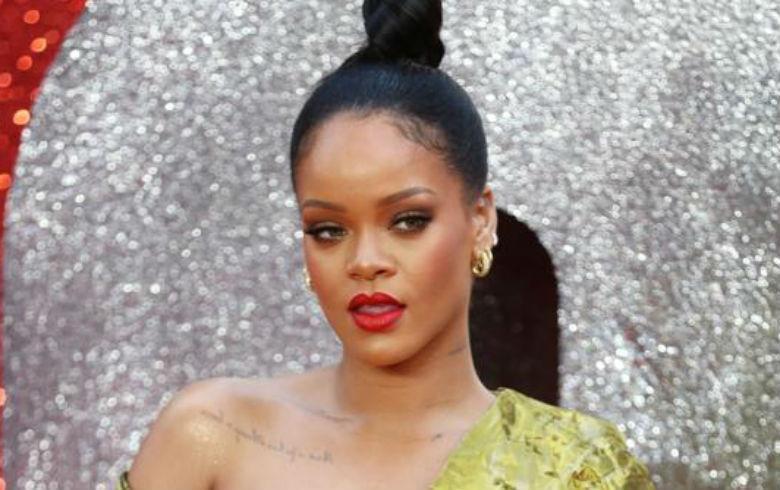 Arriesgado escote dejó nerviosa a Rihanna en una alfombra roja
