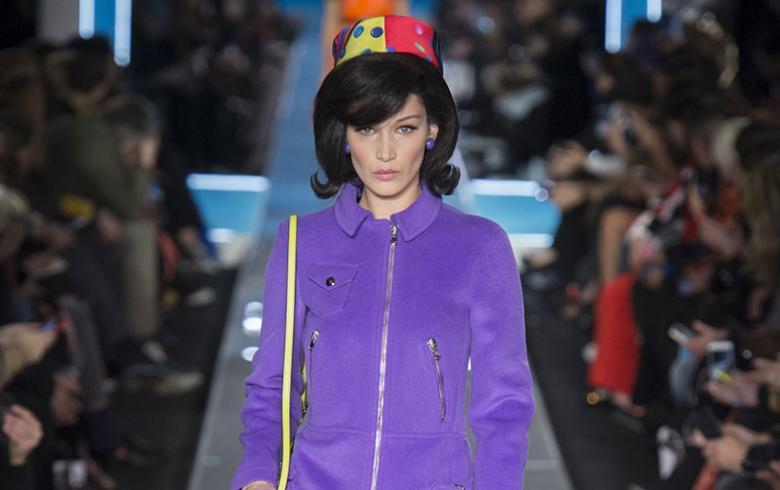 El futurismo retro de Jeremy Scott marca el desfile de Moschino