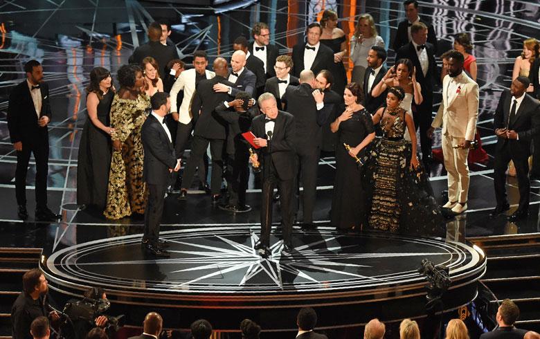 """Por error """"La La Land"""" fue anunciado como ganador en vez de """"Moonlight"""""""