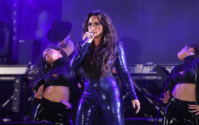 Demi Lovato se besa con una de sus bailarinas