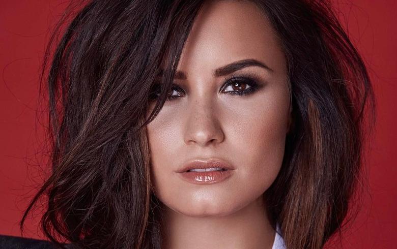 Demi Lovato se lució con escote profundo y cintura de avispa en la Time 100 Gala