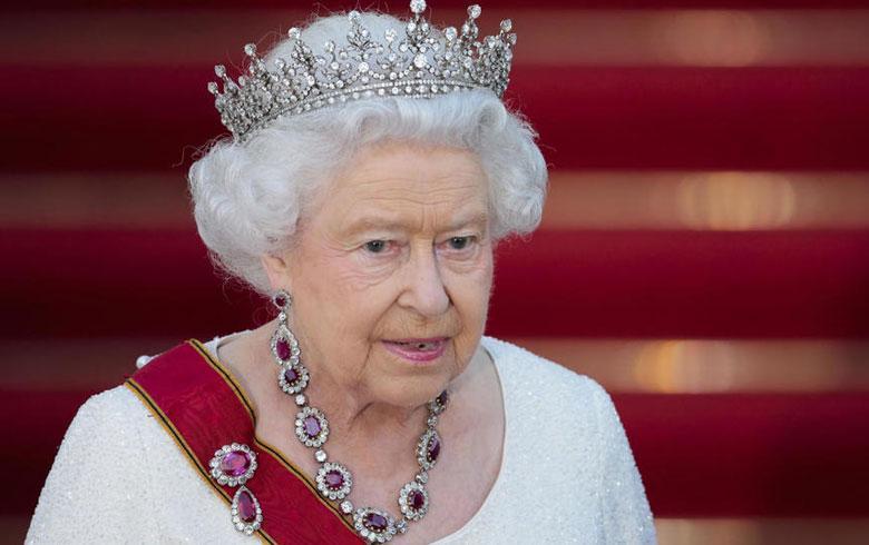 La reina Isabel II sin corpiño