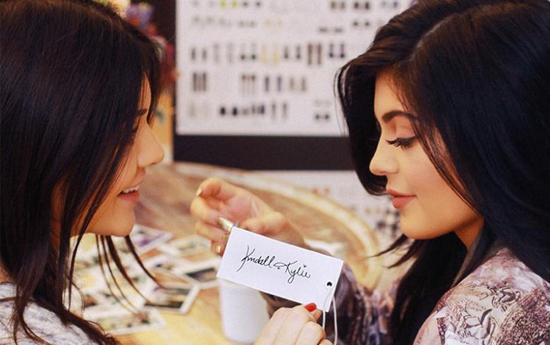 Desde Hollywood: Kendall y Kylie Jenner traen sus accesorios a Chile