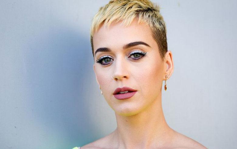 Katy Perry besa a un concursante de American Idol