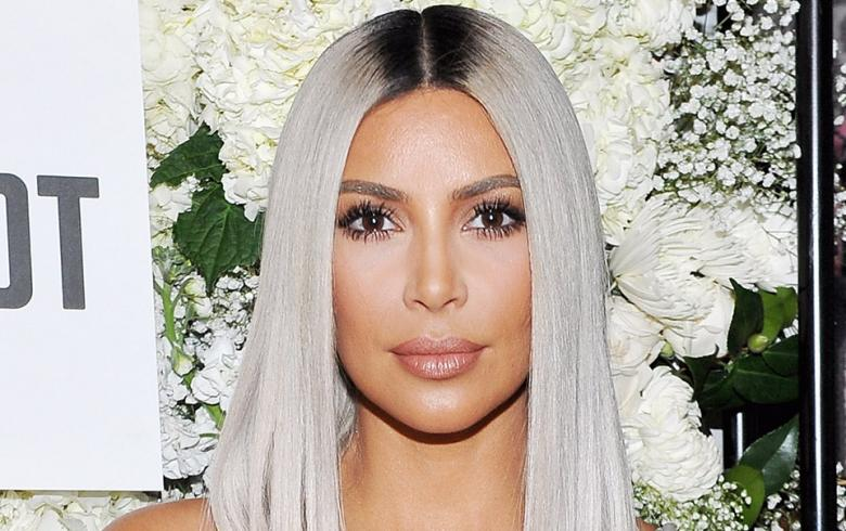 Kim Kardashian criticada por sacarse una foto semidesnuda junto a su hija
