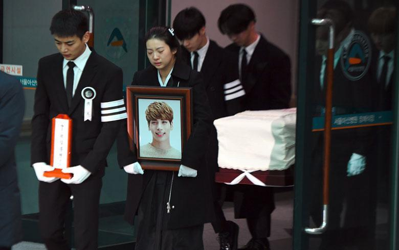 Realizan funeral masivo para Kim Jong-hyun