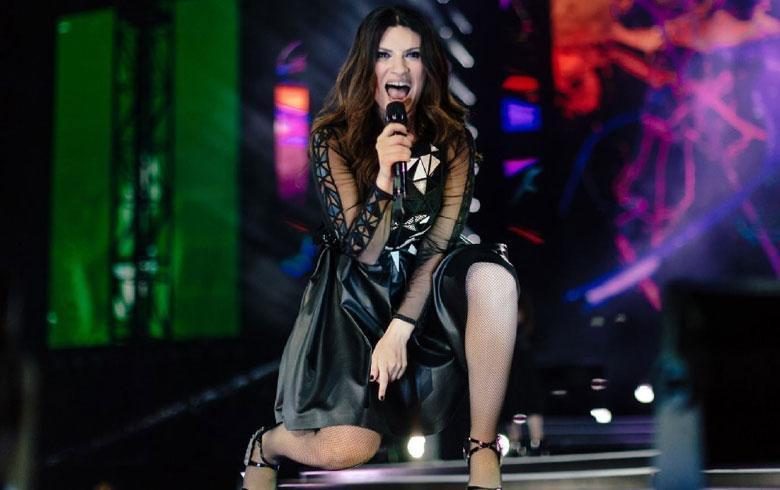 Laura Pausini recibió un golpe en la boca en pleno escenario