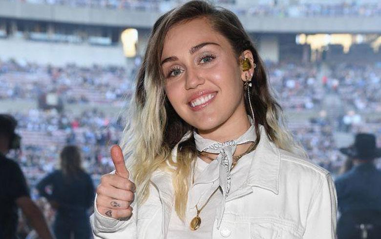 Miley Cyrus volvió a fumar marihuana por recomendación de su mamá