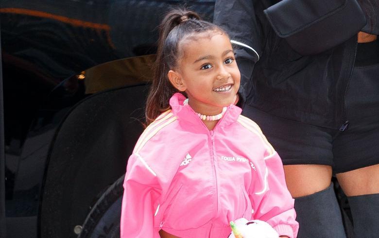 Kim Kardashian pilló a North maquillándose