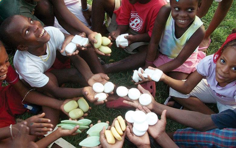Fundación se dedica a reciclar el jabón de los hoteles para ayudar a los niños