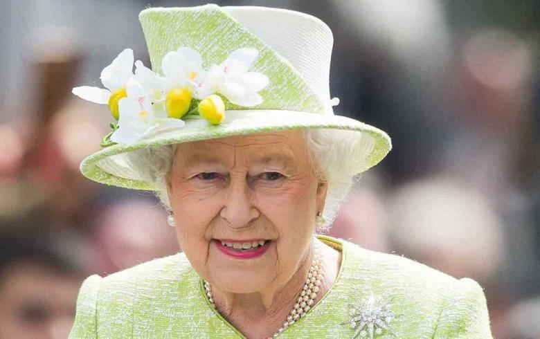 La reina Isabel II hace sorpresiva aparición en London Fashion Week