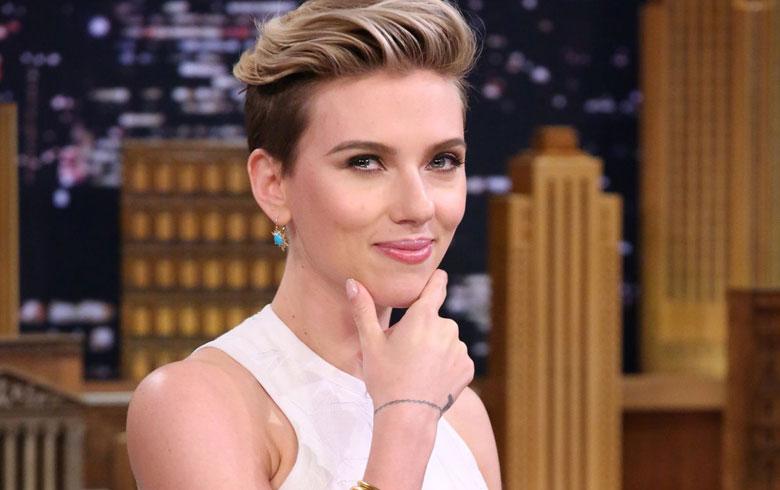 """El extravagante look de Scarlett Johansson en premiere de su película """"Ghost in Shell"""""""