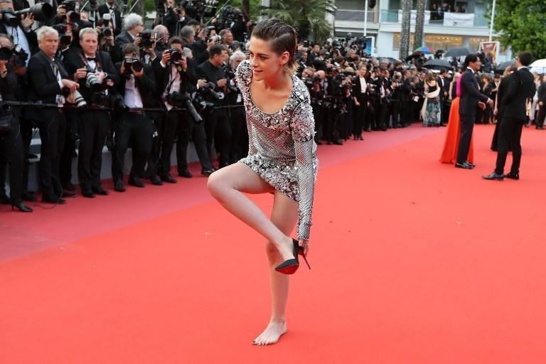 Kristen Stewart camina por la alfombra roja de Cannes descalza