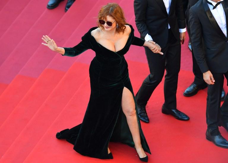 Susan Sarandon impacta con sexy escote a sus 70 años