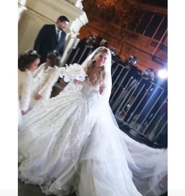 Soрів±ar con varias novias vestidas de blanco