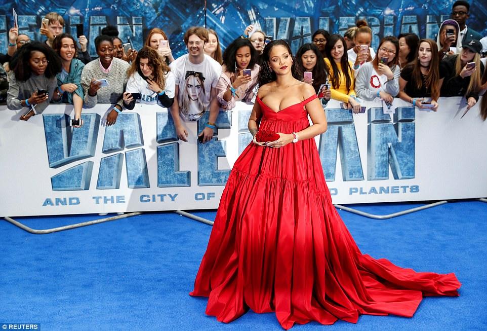 El atrevido escote de Rihanna que se robó todas las miradas — Fotos