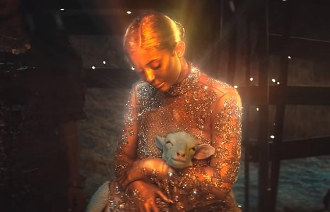 Kylie Jenner aparece como 'Virgen María' en un videoclip
