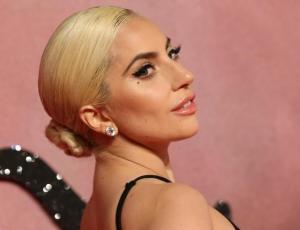 Lady Gaga salió de trekking con falda, tacos y crop top