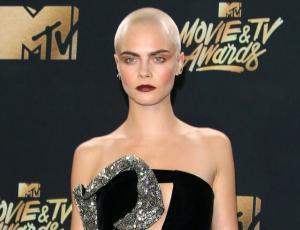 Cara Delevingne se maquilló la cabeza para los MTV Awards