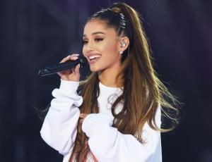 Ariana Grande se tropieza mientras cantaba en pleno concierto