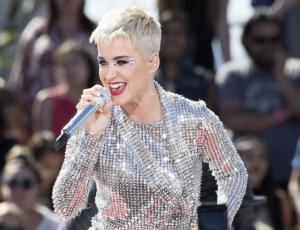 Katy Perry retorna a su viejo estilo y enciende las redes sociales