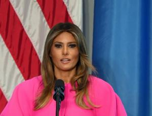 Elección de vestuario de Melania Trump en la ONU desata ola de críticas y burlas