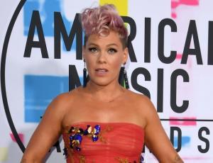 Pink defiende su rostro de desaprobación en la actuación de Christina Aguilera