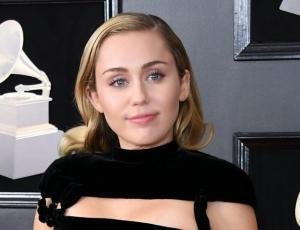 Miley Cyrus se luce con look recatado  y elegante en los Grammy 2018