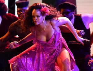 Rihanna se lució con colorida presentación en los Grammy