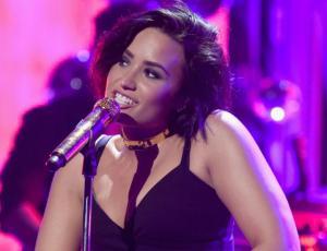 """Demi Lovato le da una lección a Justin Bieber cantando """"Despacito"""""""