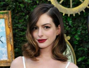 El sincero gesto de Anne Hathaway con sus compañeras al no asistir a los Globos de Oro