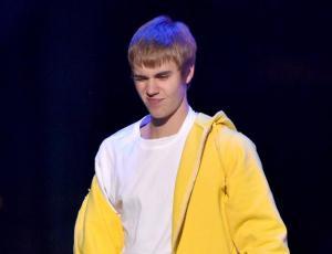 """A Justin Bieber le lanzaron un objeto del público por no cantar """"Despacito"""""""