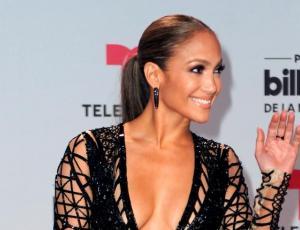 Jennifer Lopez se presentó en Dubai y su vestimenta se robó las miradas