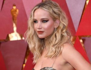 Jennifer Lawrence se roba todas las miradas con vestido metalizado