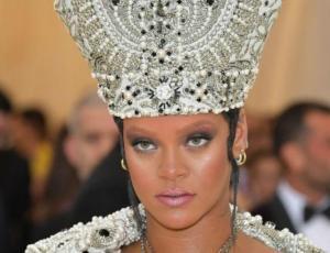 """El look """"papal"""" de Rihanna que impactó en la gala MET 2018"""