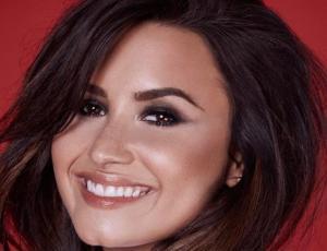 Demi Lovato muestra su mejor figura en escotado traje de baño