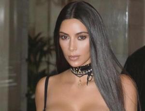 Kim Kardashian se saca el maquillaje para promocionar sus cosméticos