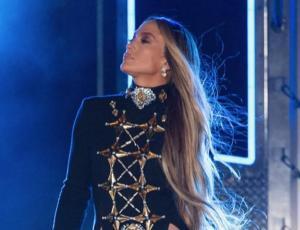Jennifer Lopez deslumbra en el escenario sin ropa interior