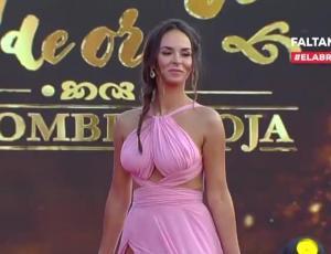 Jhendelyn Nuñez  se atrevió con el color del momento en la alfombra roja del Copihue de Oro