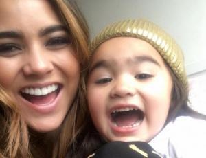 Camila Recabarren posa en bikini junto a su pequeña hija