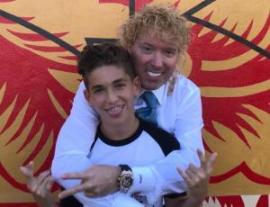 Hijo de Leonardo Farkas muestra look antiguo igual al de su papá