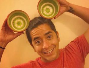 """Fernando Godoy juega con divertida ilusión óptica y se muestra """"embarazado"""""""