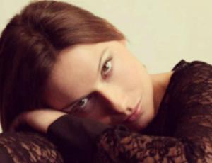 Catherine Mazoyer acusó que la obligaron a mostrar lo senos en un casting
